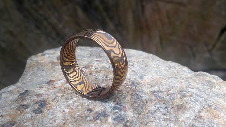 Kovaný prsten z damascenské nerezové oceli se zlatavě fialovou kresbou