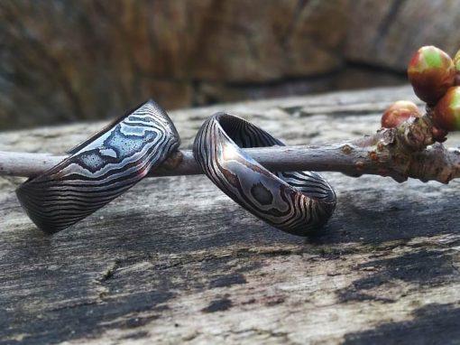 Prstýnky ručně kované z damascenské nerezové oceli s tmavou kresbou